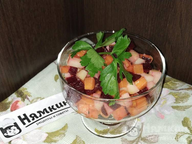 Салат из овощей сваренных в мундире, заправленный горчичным маслом