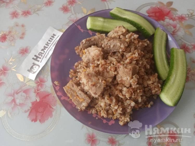 Гречневая каша со свининой и овощами на сковороде