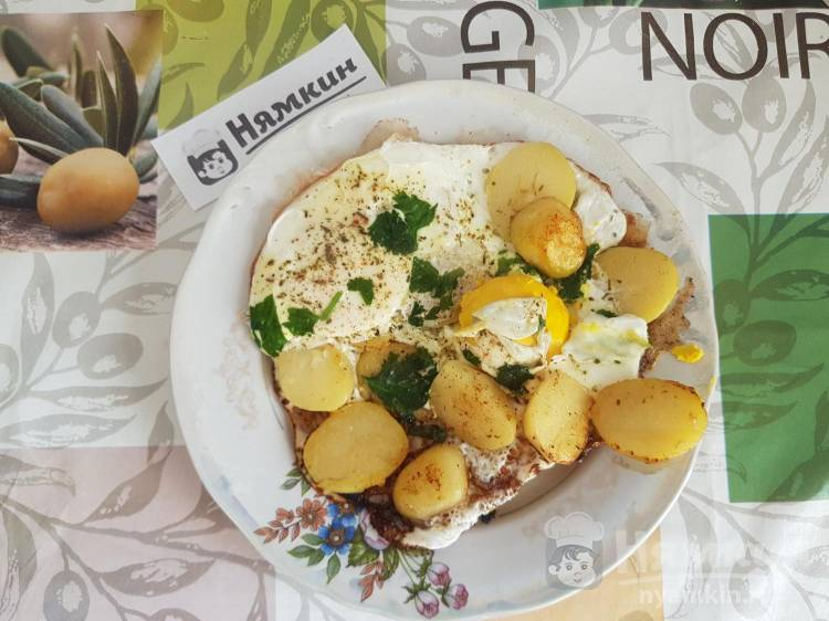 Яичница с вареным картофелем на сковороде