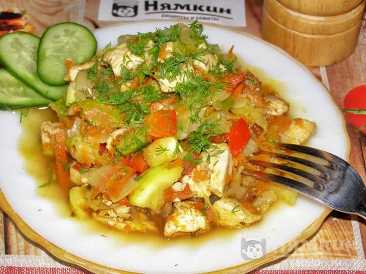 Рагу из овощей с куриной грудкой на сковороде