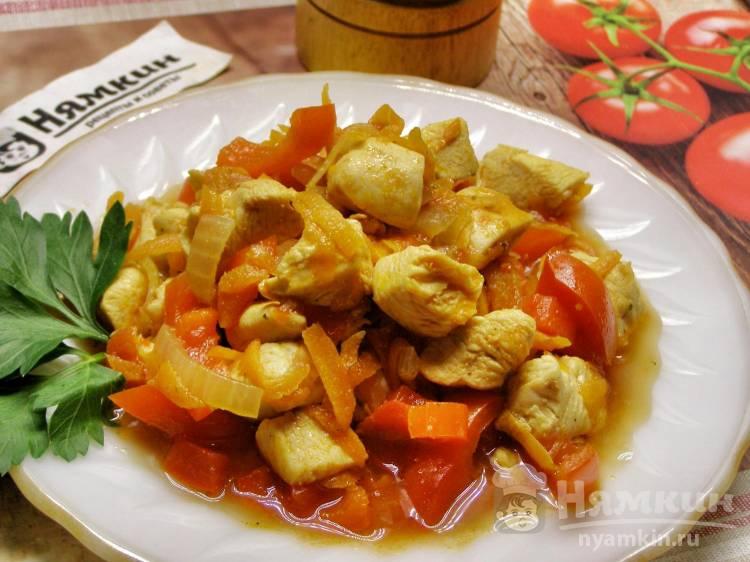 Куриная грудка тушёная с помидорами и болгарским перцем на сковороде
