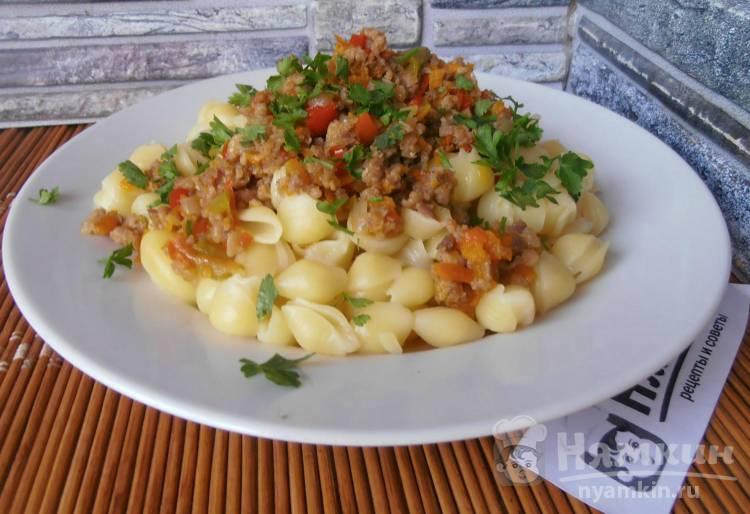 Куриный фарш с овощами на сковороде к макаронам