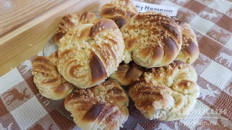 Слоеные булочки из дрожжевого теста с грецкими орехами