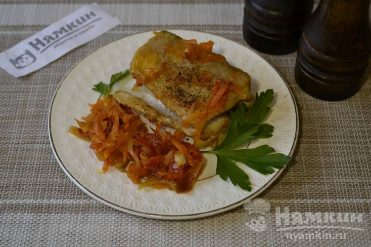 Щука жареная на сковороде с луком, морковью и помидорами