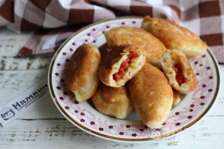 Дрожжевые пирожки с сыром и помидорами а-ля пицца на сковороде