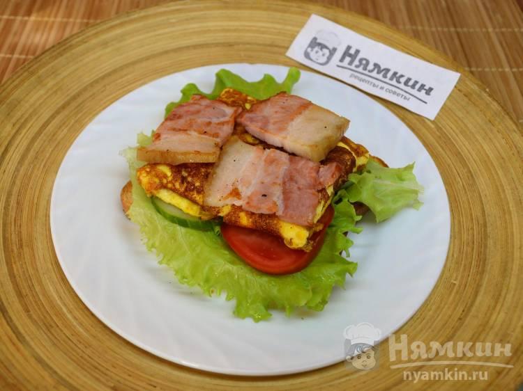 Горячий бутерброд с грудинкой, омлетом и овощами