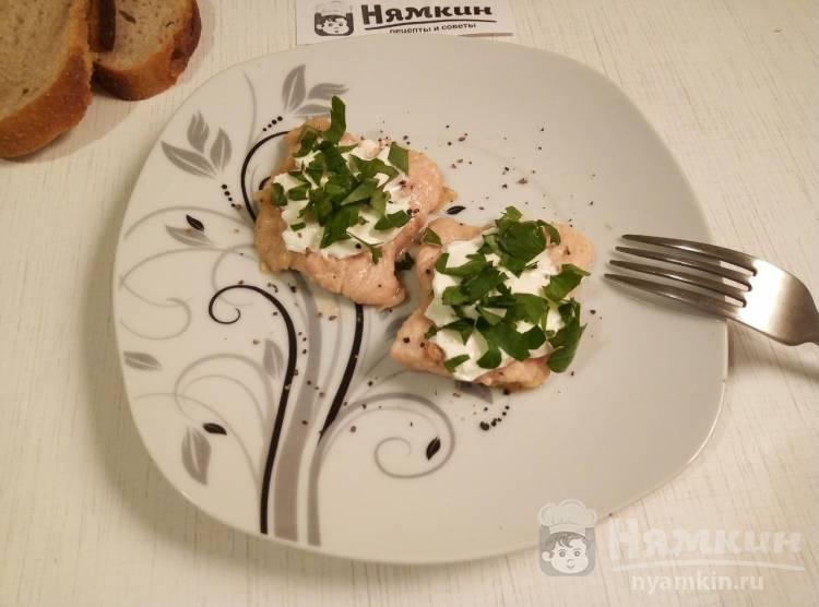 Отбивные из индейки с творожным сыром и зеленью на сковороде