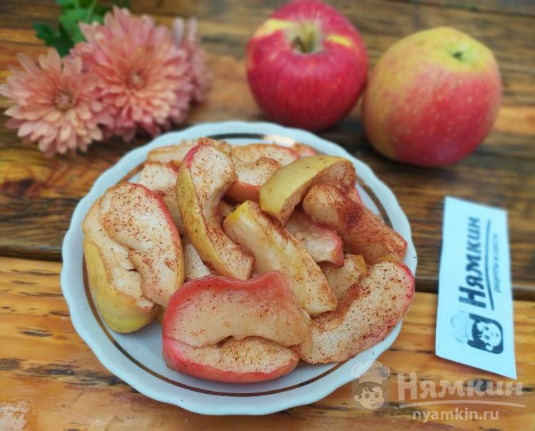 Яблоки дольками с медом и корицей в духовке