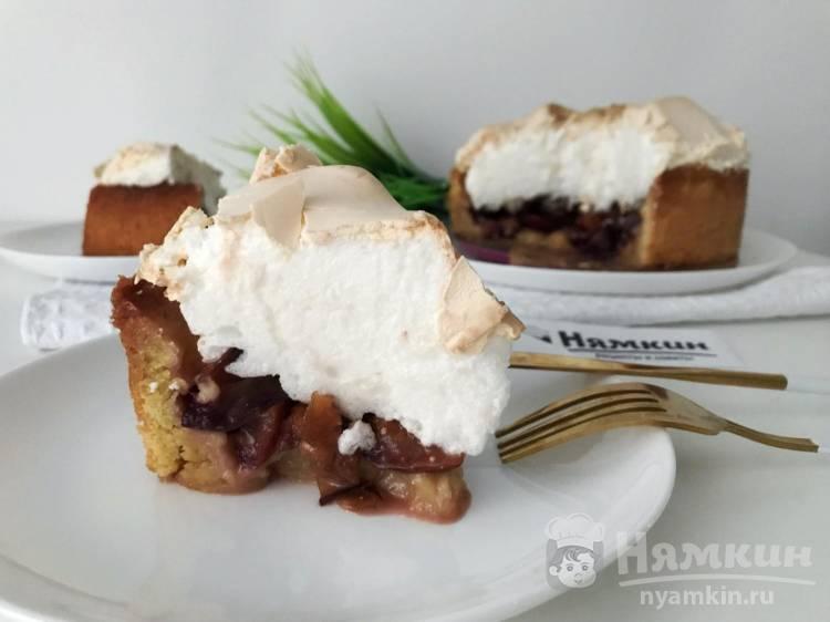 Песочный пирог со сливами и меренгой в духовке