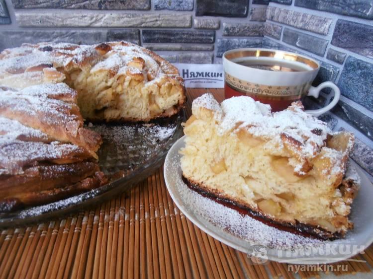 Дрожжевой пирог с карамелизированными яблоками и корицей