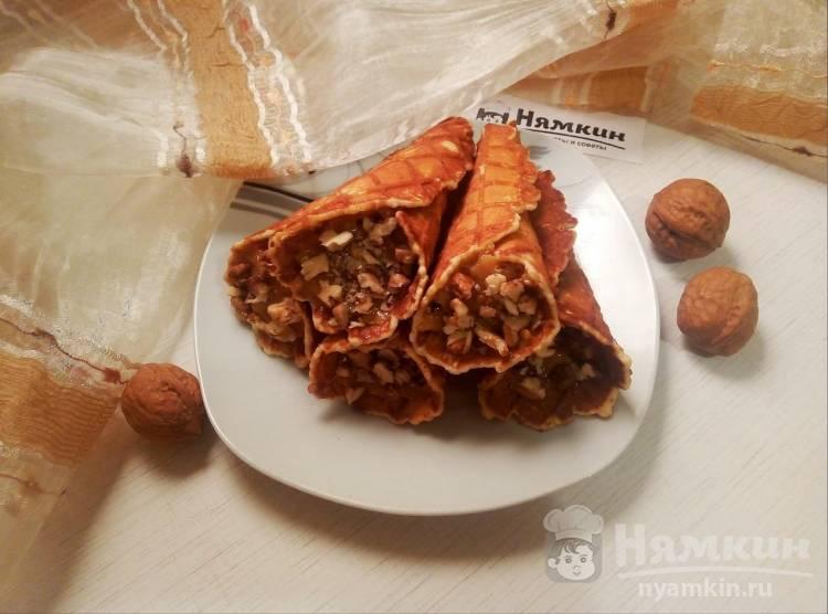 Вафельные рожки с вареной сгущенкой и грецкими орехами в электровафельнице
