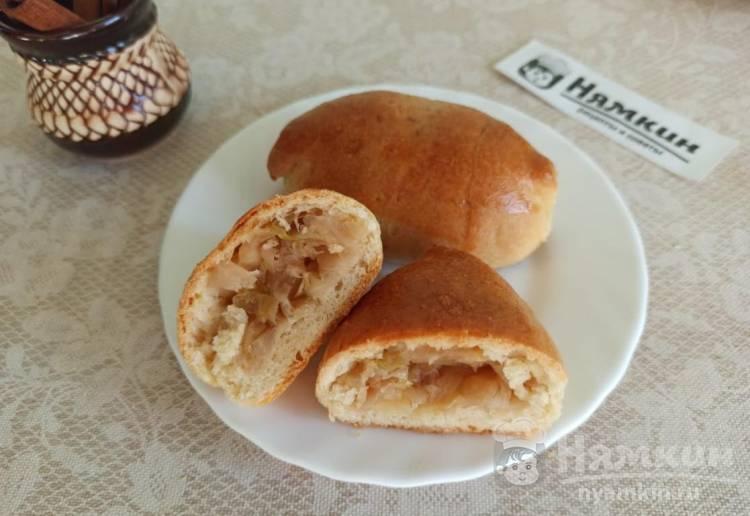 Дрожжевые пирожки с тушеной капустой и луком в духовке