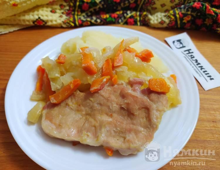 Свиная корейка с луком и морковью в духовке