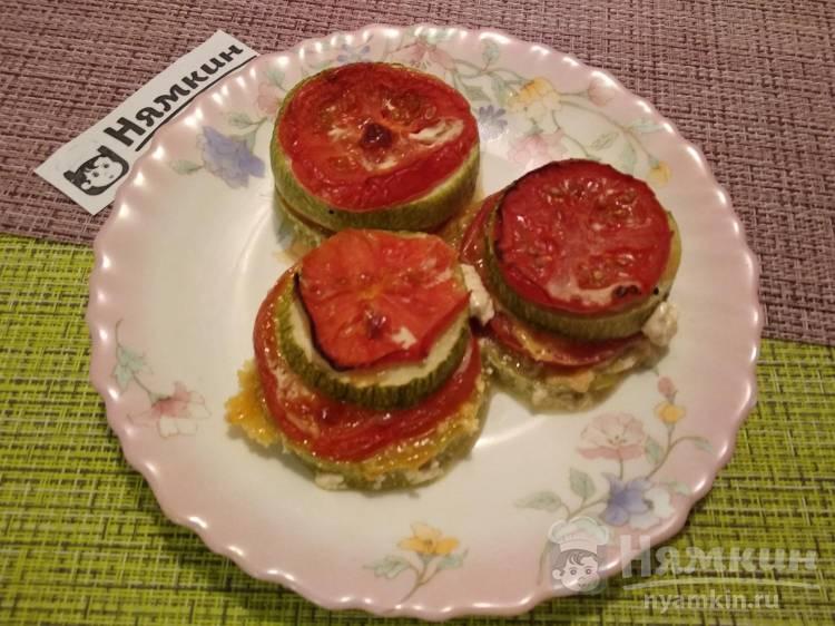 Башенки из кабачков с помидорами и сырным соусом в духовке
