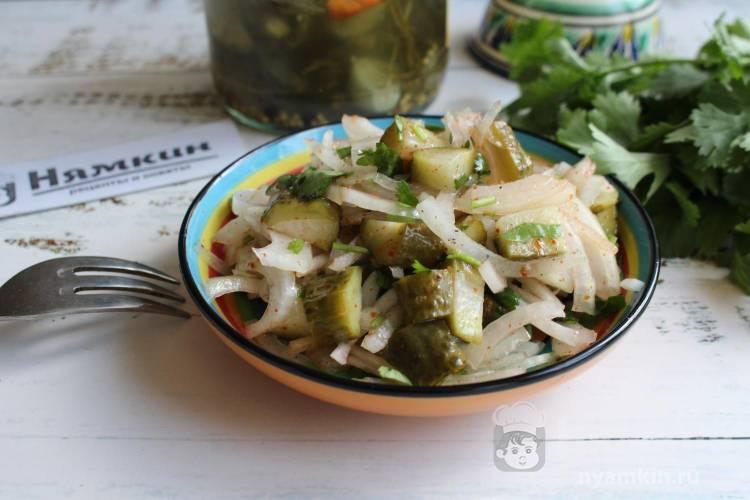 Узбекский салат из лука и соленых огурцов Чумчук тили