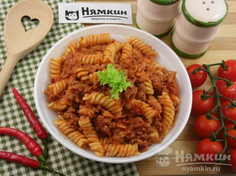 Паста с беконом и моцареллой в томатно-мясном соусе