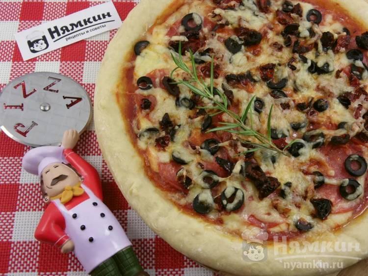 Пицца с моцареллой, салями и вялеными томатами на тонком тесте