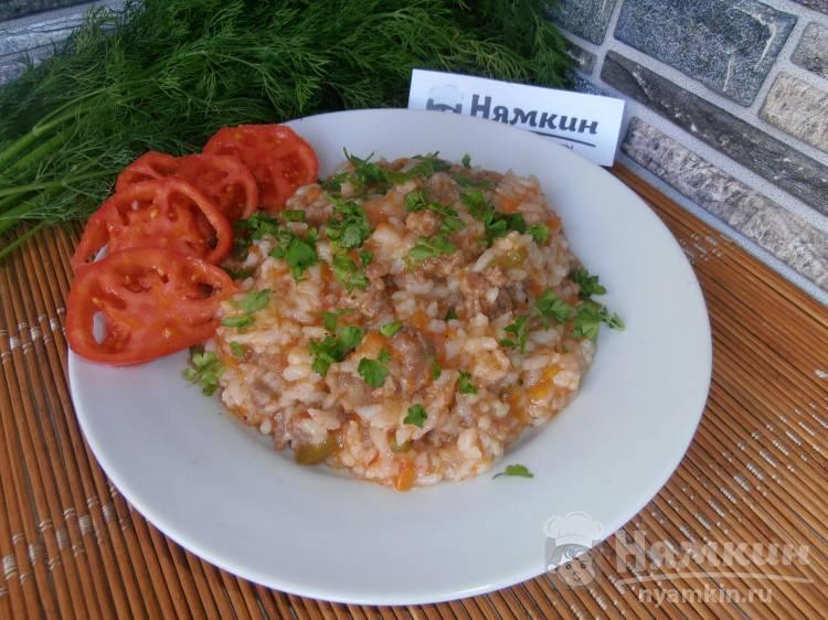 Рис с мясным фаршем и овощами в томате: сочный и вкусный