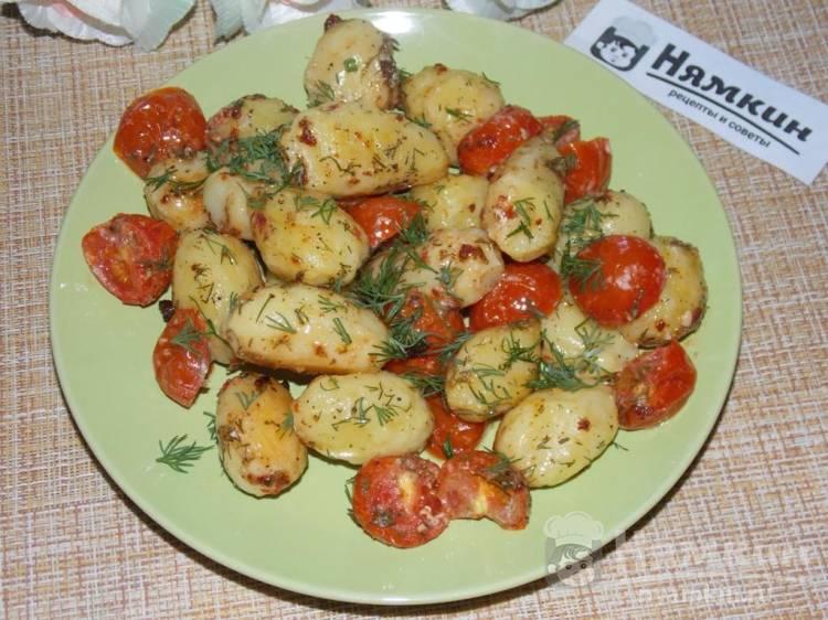 Картофель с помидорами черри и специями в духовке