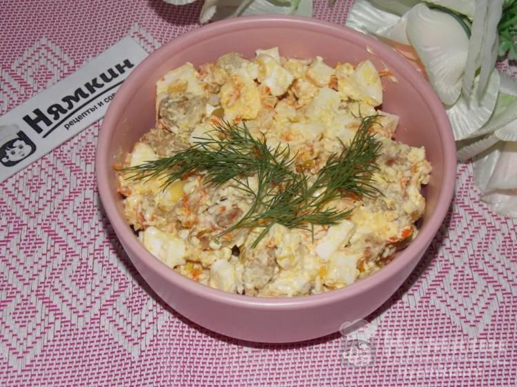 Салат из жареной свинины с овощами и консервированными кальмарами