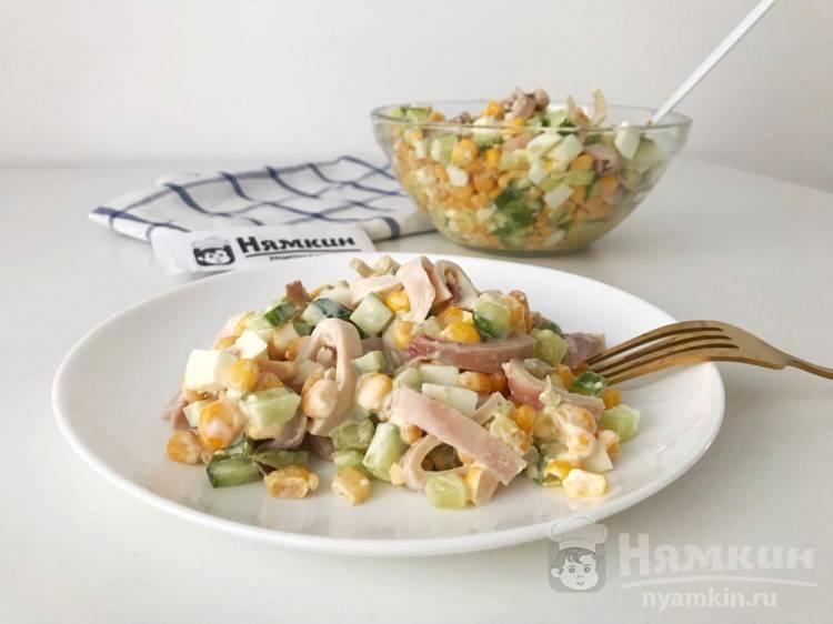 Салат с кальмарами, огурцами и консервированной кукурузой