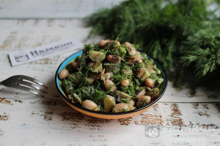 Салат из укропа, маринованных огурцов и белой консервированной фасоли