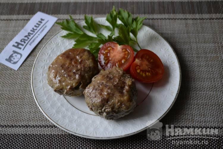 Котлеты из говяжьего фарша с кабачками и луком на сковороде