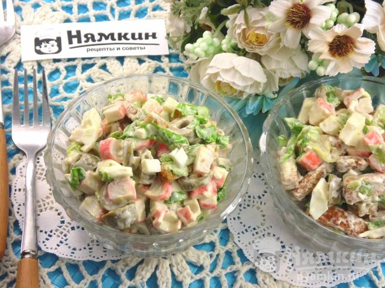 Салат с крабовыми палочками, оливками и сухариками