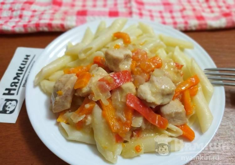 Подлива из куриного филе с луком, морковью и сладким перцем