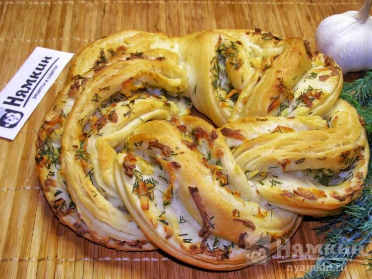 Булка плетенка с плавленым сыром, чесноком и укропом