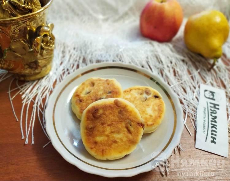 Домашние ванильные сырники с изюмом на сковороде
