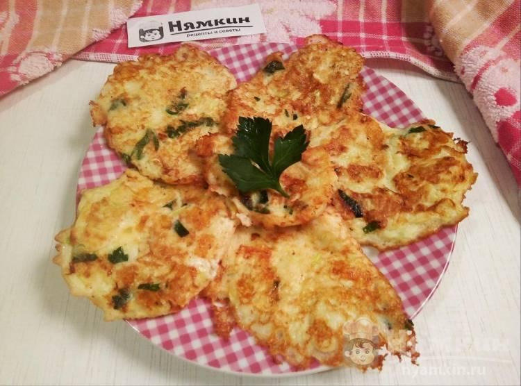Кабачковые оладушки с сыром и зеленью на сковороде