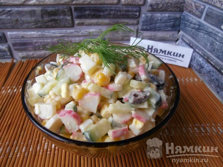 Салат с крабовыми палочками, кукурузой, маслинами и огурцами