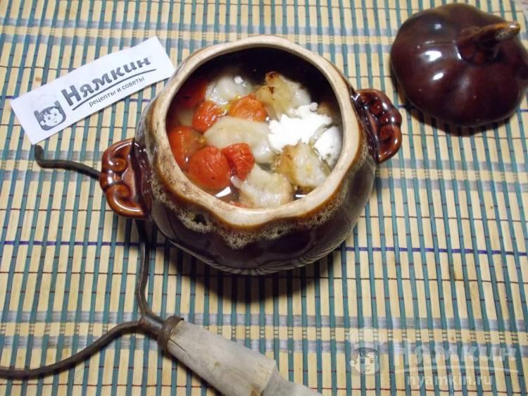 Пельмени в горшочках в духовке с луком и помидорами