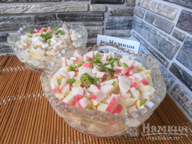 Слоеный салат с крабовыми палочками, рисом и дайконом