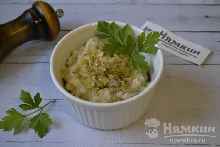 Пюре из вареного картофеля и перловой крупы с жареным луком