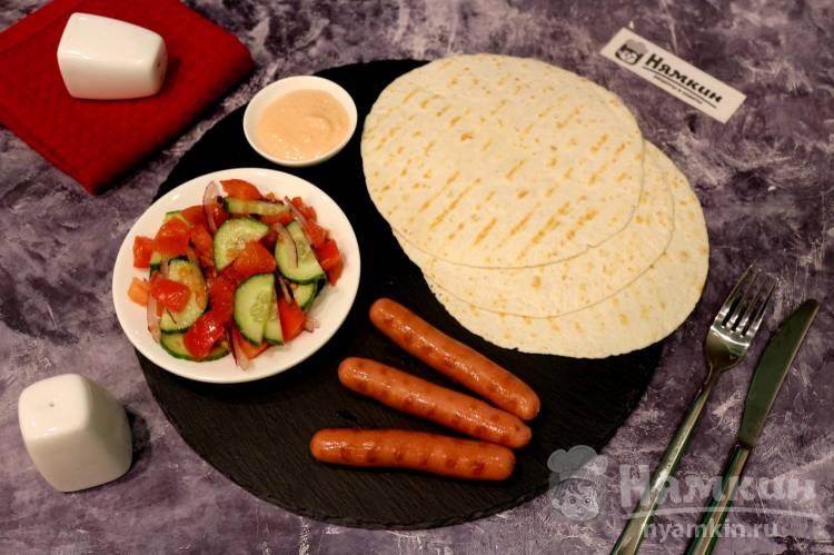 Овощной салат, сосиски и лепешки на гриле - ужин трио на скорую руку