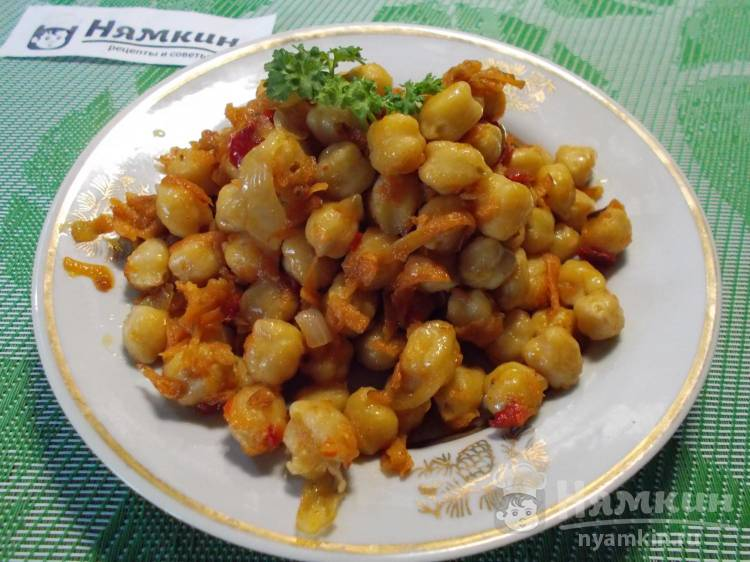 Жареный нут с овощами на сковороде