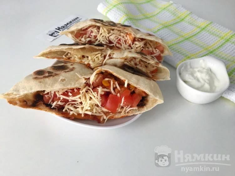 Домашняя пита с курицей и овощами в мексиканском стиле