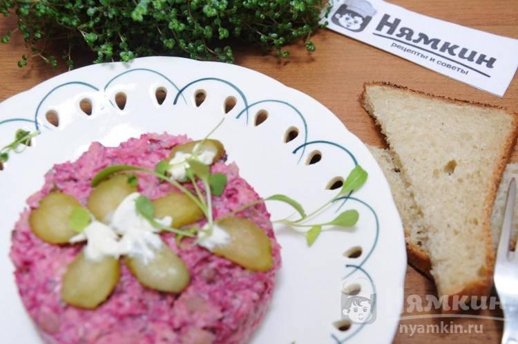 Салат с рыбными консервами, картофелем и свеклой
