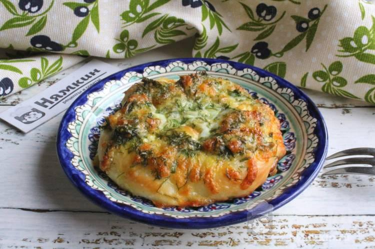 Яичница с сыром и зеленью в булочках в духовке