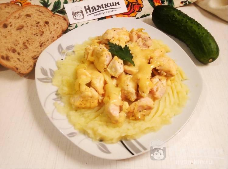Куриное филе с сыром, чесноком и куркумой на сковороде