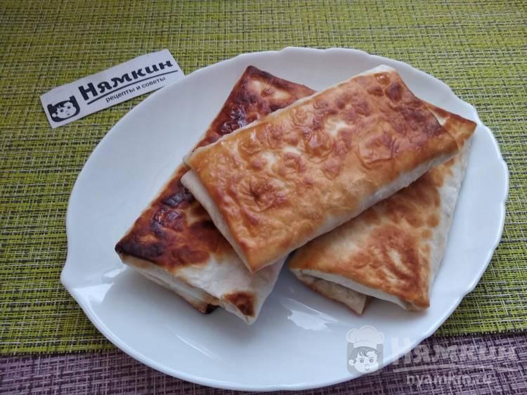 Ленивые пирожки из лаваша с сыром, кинзой и помидорами