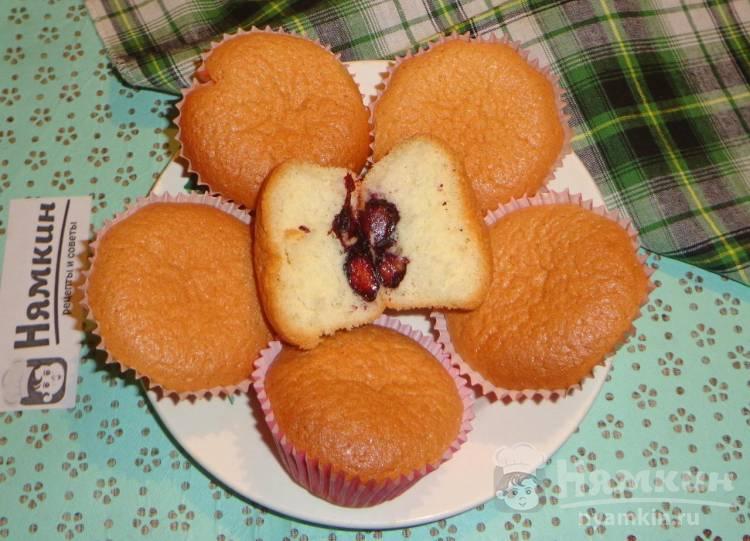 Мягкие кексы с терном на молоке в бумажных формочках