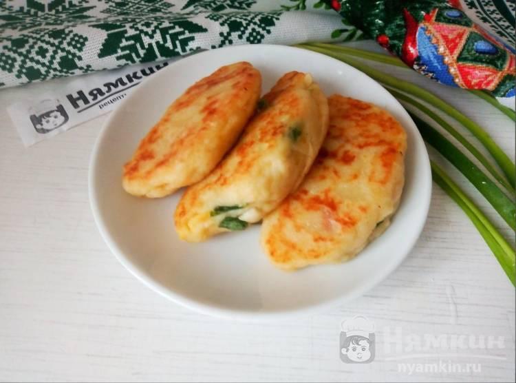Картофельные пирожки с зеленым луком и яйцом на сковороде