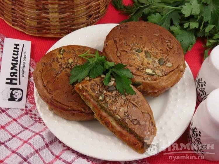 Горячие сэндвичи на сковороде с моцареллой, салями и соусом песто