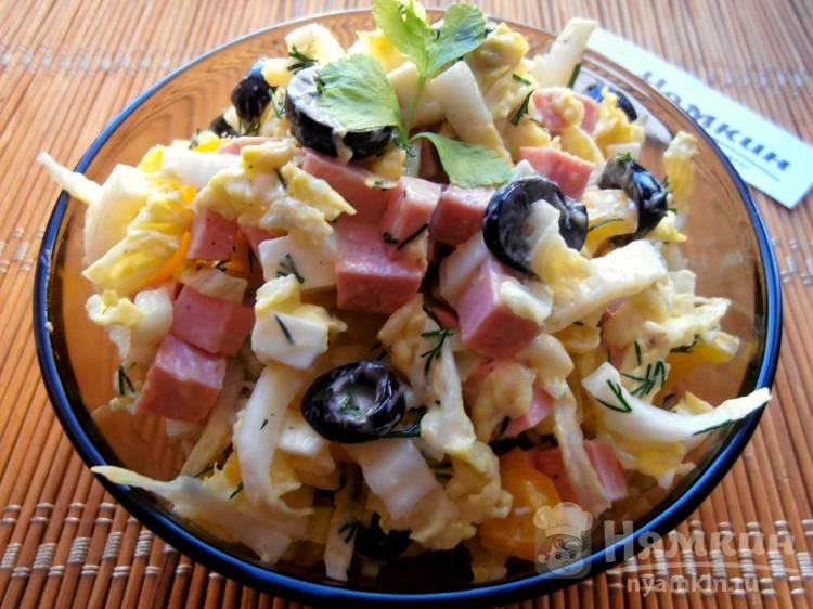Салат из пекинской капусты с колбасой, вареными яйцами и маслинами