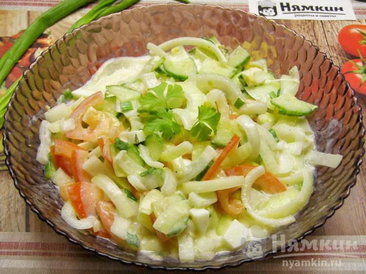 Луковый салат с овощами, вареными яйцами и сметаной по-польски