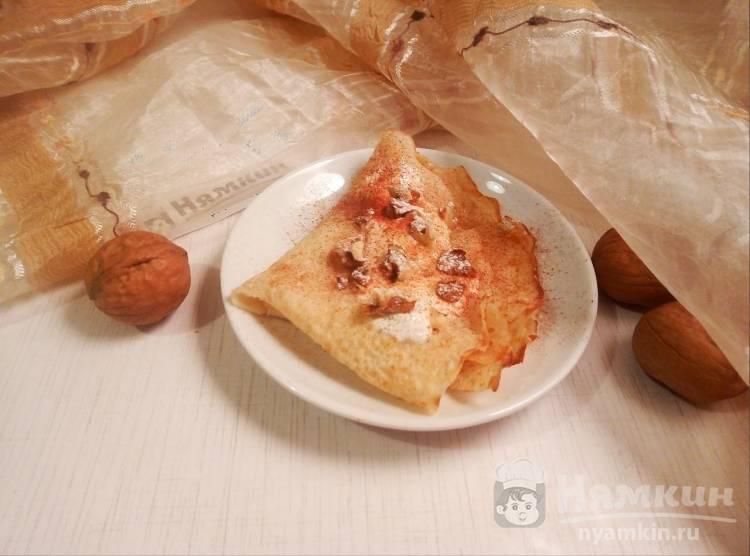 Тонкие блинчики на молоке со сметаной и грецкими орехами на десерт
