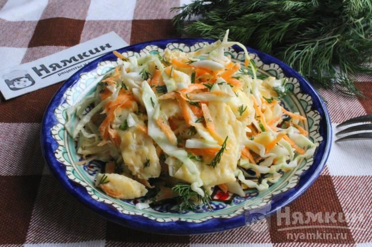Салат с капустой, морковью и омлетными блинчиками